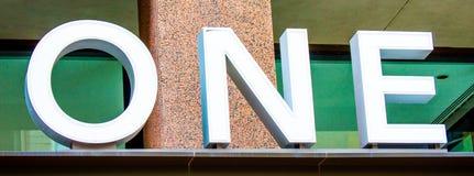 在一个大厦的白色O N.E.标志在波士顿 免版税库存照片