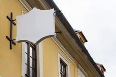 在一个大厦的空的牌与古典建筑 免版税库存照片