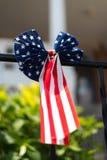 在一个大厦的美国国旗在芝加哥 图库摄影