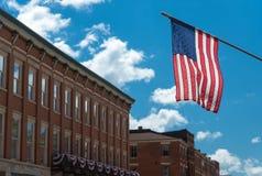 在一个大厦的美国国旗在芝加哥 免版税图库摄影