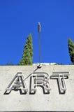 在一个大厦的艺术标志有蓝天背景 库存照片