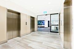 在一个大厦的银色电梯与门户开放主义 免版税库存照片