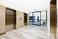 在一个大厦的银色电梯与门户开放主义 库存图片