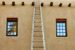 在一个大厦的门面的一个楼梯在Taos,新墨西哥 免版税图库摄影