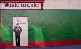 在一个大厦的绘画在戈尔韦,庆祝在颜色和一幅音乐讽刺画的爱尔兰爱尔兰遗产 免版税库存图片