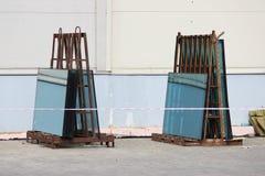 在一个大商业中心的修理期间,在立场的玻璃窗绿色为替换做准备 库存图片
