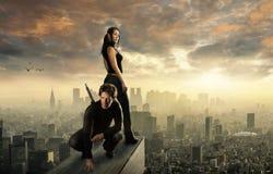 在一个大城市的屋顶的夫妇 库存照片