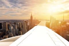 在一个大城市的飞机飞行 免版税图库摄影