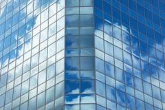 在一个大大厦的玻璃门面 免版税图库摄影