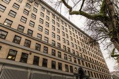 在一个大大厦的Windows在市中心 免版税库存图片