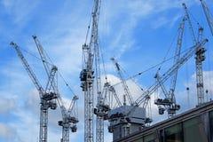 在一个大建筑工地的塔吊 免版税库存图片