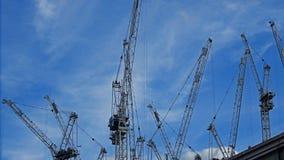 在一个大建造场所的塔吊在英国 库存图片