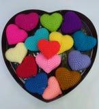 在一个大心脏框架盘子的五颜六色的心脏 库存照片