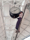 在一个大时钟的缅甸人设置时间在( Rangoon)仰光, ( Burma)Myanma 免版税图库摄影