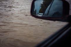在一个大水坑的一辆汽车是从客舱的一个看法 库存图片