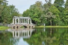 在一个大池塘的大理石桥梁在凯瑟琳公园 Tsarskoe Selo 库存图片