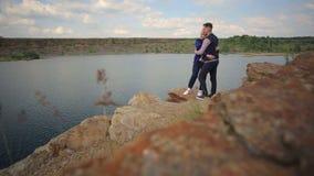 在一个大湖的峭壁的附近夫妇容忍 影视素材