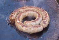 在一个大煎锅烤的香肠 库存照片