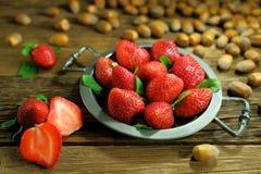 在一个大特写镜头的开胃红色草莓 库存图片