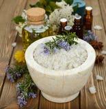 在一个大理石碗的海盐 免版税库存照片