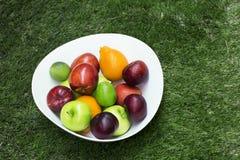 在一个大白色盘的绿色和红色苹果 免版税图库摄影