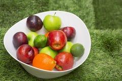 在一个大白色盘的绿色和红色苹果 免版税库存照片