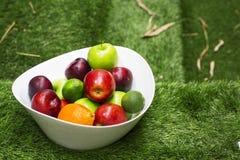 在一个大白色盘的绿色和红色苹果 库存照片