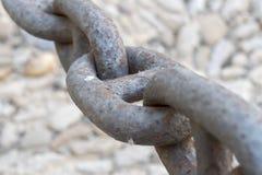在一个大老生锈的链子的链接 免版税库存图片