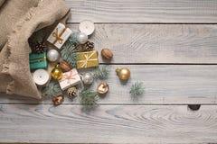 在一个大袋的圣诞节装饰白色木表面上 名列前茅v 库存照片