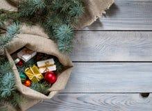 在一个大袋的圣诞节装饰白色木表面上 名列前茅vi 免版税库存照片