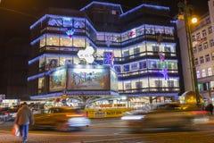 在一个大装饰的购物中心Kotva前面的圣诞节市场在共和国的布拉格摆正 库存照片