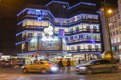 在一个大装饰的购物中心Kotva前面的圣诞节市场在共和国的布拉格摆正 免版税库存照片