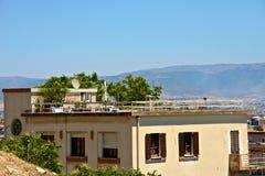 在一个大阳台的看法与屋顶的植物 免版税库存图片