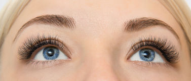 在一个女孩的两只眼睛的睫毛3D技术 库存照片