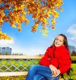 在一个女孩的秋天画象在公园 免版税库存图片