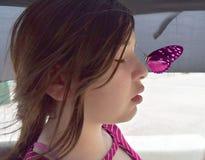 在一个女孩的鼻子的蝴蝶着陆 免版税库存照片