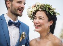 在一个婚礼的年轻夫妇在海滩 免版税库存图片