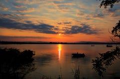 在一个安静的海湾的夏天日落 免版税库存图片