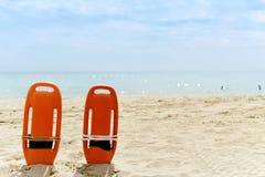 在一个安静的海滩的抢救浮体 免版税库存图片