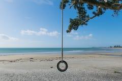 在一个安静的海滩的海滩摇摆 免版税图库摄影