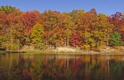 在一个安静的湖的秋天反射 免版税图库摄影