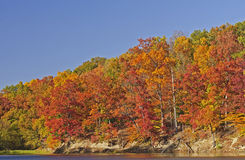 在一个安静的湖的秋天颜色 免版税图库摄影