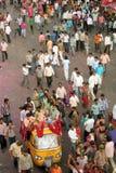 在一个宗教活动的印第安人群 库存图片