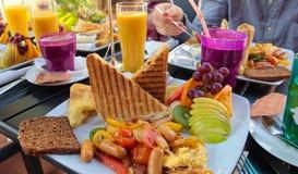 在一个室外咖啡馆的早午餐 免版税图库摄影