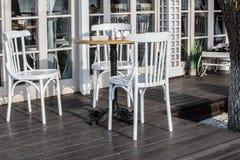 在一个室外咖啡馆的木椅子 图库摄影