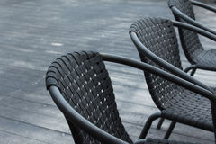 在一个室外咖啡馆的黑椅子 免版税图库摄影