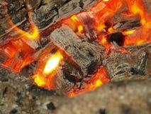 在一个室外壁炉的热的煤炭 库存图片