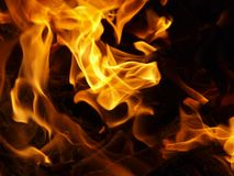 在一个室外壁炉的热的煤炭 免版税图库摄影