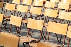 在一个室外学校庆祝活动的木椅子 库存图片