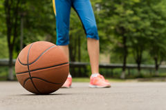 在一个室外沥青法院的篮球 库存照片